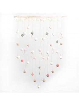 Tenture de pompons rose, gris et blanc